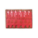 Czerwony rysunek ratusza na prostokątnym pierniku