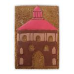 brązowa brama z czerwonym dachem na prostokątnym pierniku