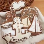 Statek, kotwica, żaglówka z piernika ułożone w białym koszu