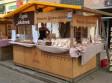 Domek targowy w którym sprzedawane są pierniki szczecińskie